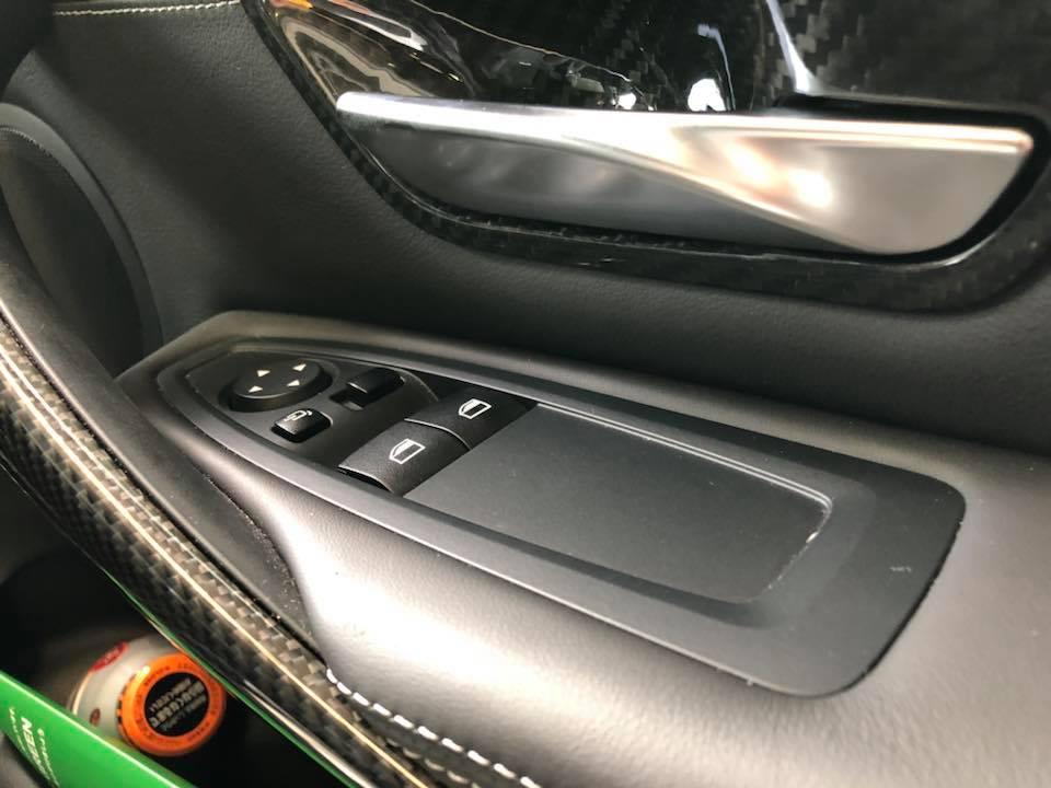 BMW M4のパワーウィンドースイッチパネルを、ピアノブラックに塗装
