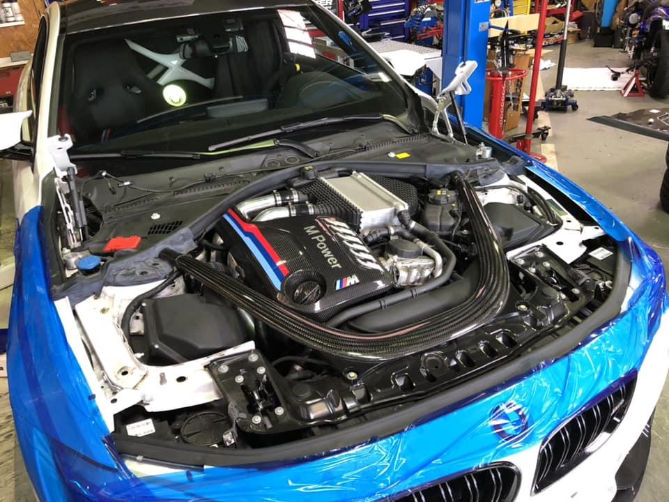 BMW M4 GTS ドライカーボンボンネット取付!