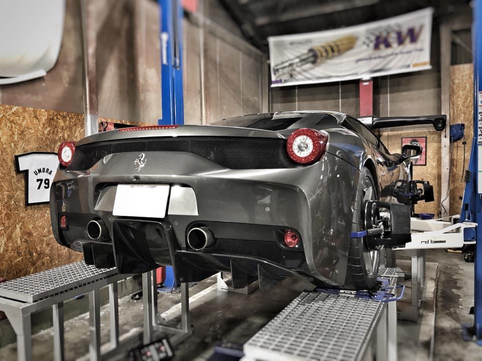 FSWをアタックしているFerrari 458スペチアーレ!